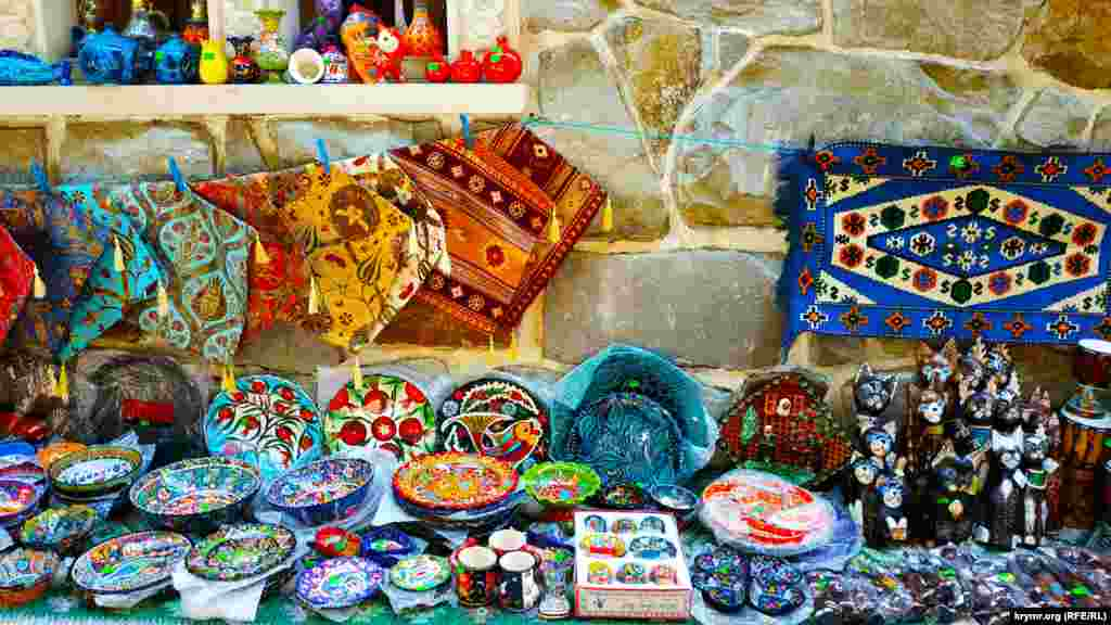 Этнические мотивы в одной из сувенирных лавок по дороге к набережной Гурзуфа