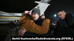 Зустріч звільненого заручника Станіслава Асєєва під час грудневого обміну