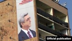 Prezident Serzh Sarkisian-ın seçki plakatı Yerevanda binada.