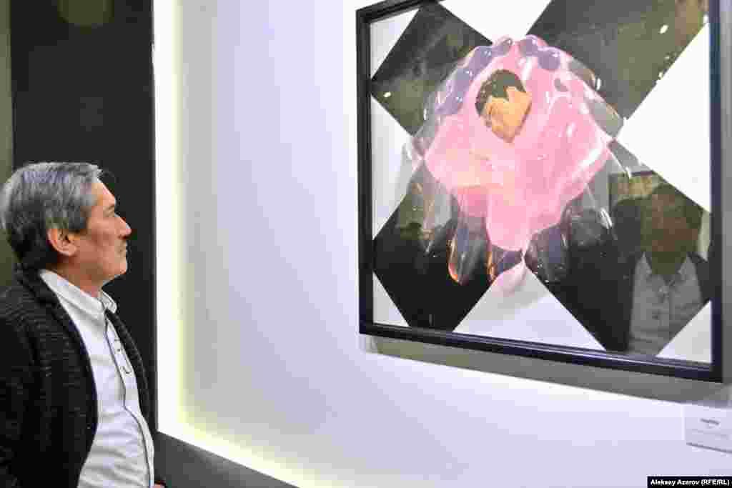 Один из посетителей – известный представитель современного искусства Казахстана Арыстанбек Шалбаев перед работой с названием Trapped («Пойманный; в ловушке»). Его комментарий об увиденном в галерее был краток: «Подобных работ в Казахстане мало. Здесь постановочные фотографии, а таких в Казахстане мало. Эти работы сделаны на высоком уровне». Арыстанбек Шалбаев не считает Berkin&Mika фотографами, он их рассматривает как художников. Через несколько минут корреспондент Азаттыка решил выяснить, а как себя позиционирует сам арт-дуэт Berkin&Mika. Мика сказала, что они себя считают художниками. Фотография – только медиум для них. Они используют разные техники.