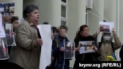Larisa Kitayskaya (soldan) Euromaydan ile birdemlik aktsiyasında