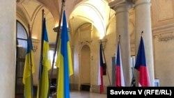 Державні прапори України і Чехії в день першого проведення Чесько-українського форуму в Празі, 4 лютого 2020 року.