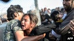 آوارگان سوری در تلاش برای گذشتن از حصارها در مرز ترکیه و ورود به خاک آن کشور هستند