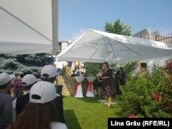 Ambasadoarea Germaniei, Angela Ganninger, vorbește în fața tinerilor