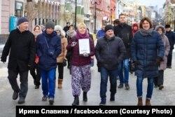 Ирина Славина (с плакатом) во время шествия памяти Бориса Немцова, после которого она была задержана