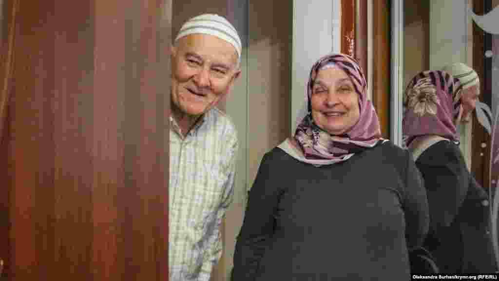 Батьки Рустема у своєму будинку. Розглядаючи цю фотографію, батько заарештованого Решат Емірусеїнов сказав, що фотопортрет сім'ї виглядає незавершеним, тому що на ньому не вистачає їхнього сина. Мати Рустема зараз перебуває в лікарні: жінку відвезли на «швидкій» прямо з одиночного пікету, проведеного днями. Суд у Ростові засудив її сина до 17 років ув'язнення. Перші два роки він відбуватиме у в'язниці, решту терміну – в колонії суворого режиму