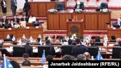 Депутаты парламента Кыргызстана во время заседания.