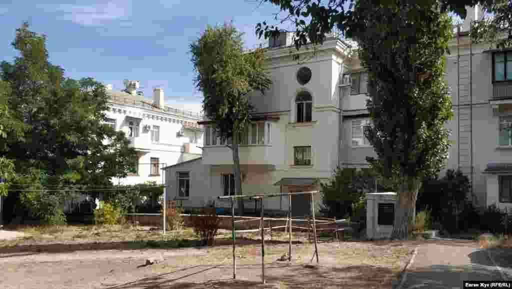 Двір з фонтаном за поліцейськими будівлями. У цьому дворі розташувалися три будинки парної сторони вулиці Папаніна – 4-й, 6-й і 8-й