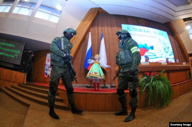 Епізод із урочистостей. Символічне зображення кримських подій весни 2014-го. Фото з сайту ватажка угруповання «ДНР» Олександра Захарченка