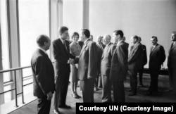 Президент США Джон Кеннеди встречается с Андреем Громыко в кулуарах штаб-квартиры ООН во время открытия 16-ой сессии Генеральной ассмблеи ООН, сентябрь 1961 года.