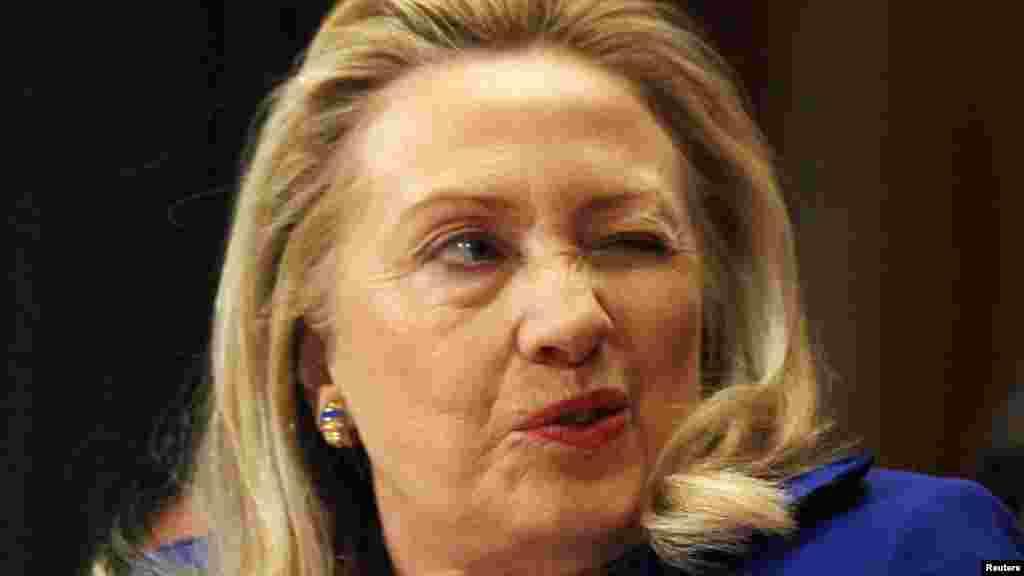 Не понравился...(Хиллари Клинтон просит подушку подмигиванием во время заседания в Сенате США, 28.02.2012).