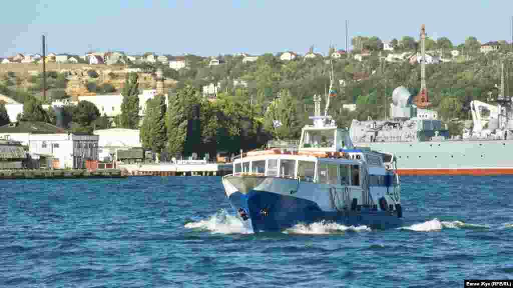 Прогулочный катер в Севастопольской бухте