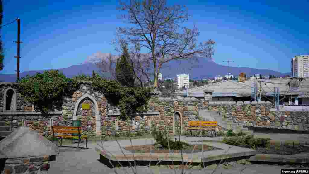 Тарихи төбенің шетінде белгілі бала дәрігері Гирей Баиров атындағы сквер бар
