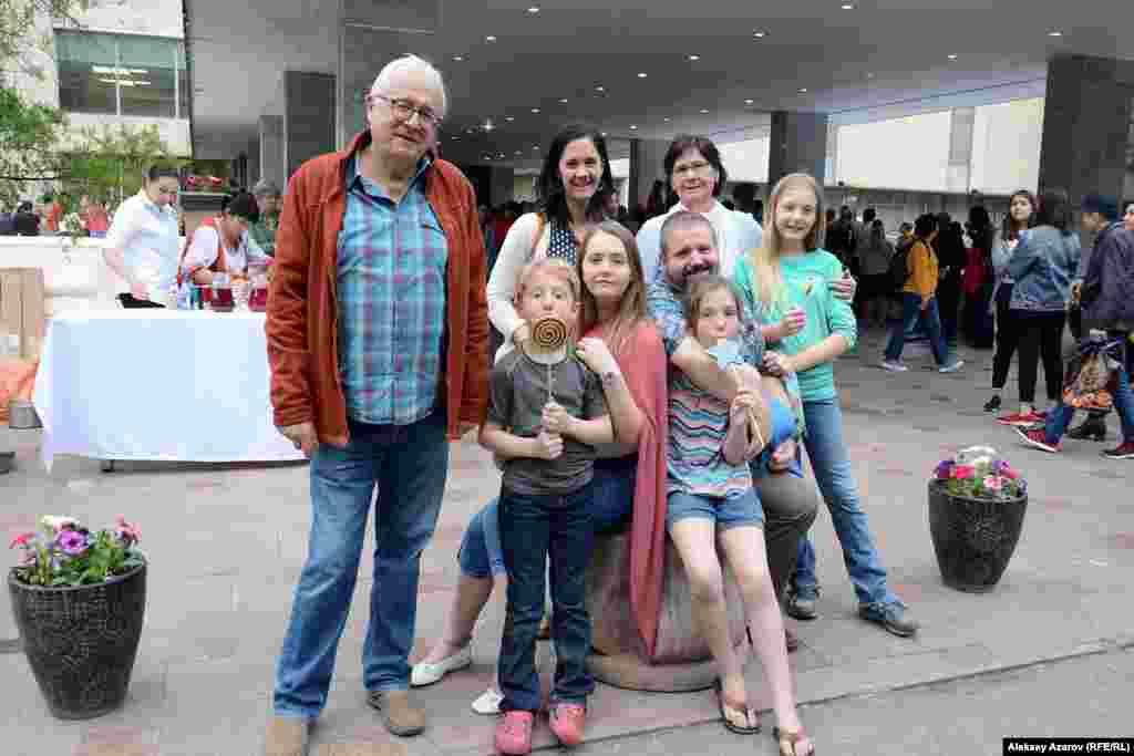 На этом фото гости из Германии. Супруги Петер Шерер (слева) и Вероника Шерер (на заднем плане вторая справа) и семья их дочери Симоны Кане (слева от матери) с мужем и детьми. Тут и там слышалась иностранная речь. Об акции «Ночь в музее» в данном месте они узнали из еженедельной сводки интересных мероприятий по посольству США, на которое работает муж Симоны. В этом музее они впервые, ранее были в Центральном государственном музее Казахстана, в музее музыкальных инструментов. У себя в Германии любят ходить в музеи. Правда, город, в котором они живут, небольшой, и, по словам Петера Шерера, культурная жизнь в нем не такая богатая, как в больших городах. Алматы, 18 мая 2019 года.