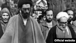 Ayətullah Əli Xameneyi (solda) və ayətullah Hüseyn Əli Müntəziri