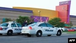 Полицейские машины перед кинотеатром Century 16, Аврора, штат Колорадо, 20 июля 2012