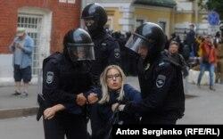 Полиция задерживает Любовь Соболь