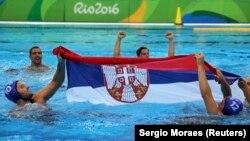 Slavlje u bazenu: Vaterpolisti Srbije nakon pobede na OI