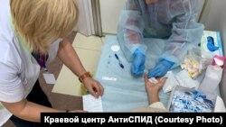 "Врачи Центра ""АнтиСПИД"" проводят экспресс-тестирование на ВИЧ-инфекцию"
