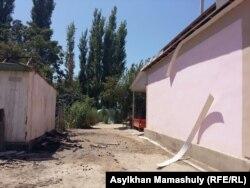 Диxан ауылында зардап шеккен үйлердің бірі. Оңтүстік Қазақстан облысы Мақтарал ауданы, 2 тамыз 2016 жыл.