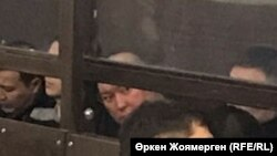 Аслан Жақыпов бұрынғы ұлттық экономика министрі Қуандық Бишімбаев ісі бойынша сотталушылармен бірге отыр. 31 қазан, 2017 жыл.