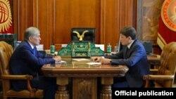 Мурдагы президент Алмазбек Атамбаев менен мурдагы премьер-министр Сапар Исаков.