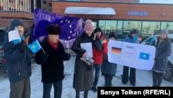 Столичные активисты у административного здания, в котором расположено посольство Германии в Казахстане. Нур-Султан, 10 декабря 2019 года.
