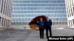 Angel Markel și Bruno Kahl la inaugurarea noului sediu al Agenției Federale de Informații Externe din Berlin.