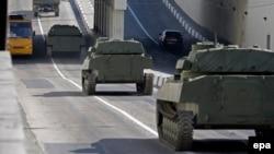 Нові самохідні артилерійські установки, надані сепаратистам, їдуть Донецьком, фото 27 квітня 2015 року