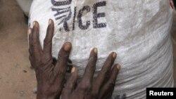 Arxiv foto: Somalidə qaçqınlara yardım paylanır