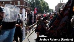 Pamje gjatë përleshjeve ndërmjet nacionalistëve të bardhë dhe kundërprotestuesve në qytetin Sharllotsvill në Virgjinia të Shteteve të Bashkuara