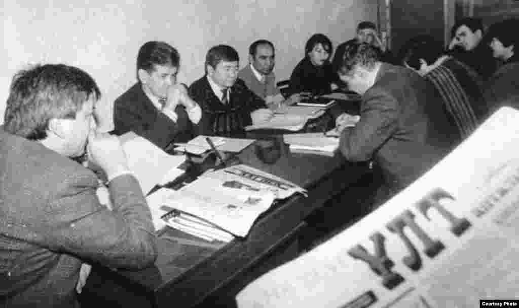 «Ана тілі» ұлт газеті бас редакторының орынбасары Марат Қабанбай (сол жақтан екінші).