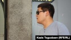 Украина консулдығындағы жиын кезінде келген адам. Алматы, 30 тамыз 2014 жыл.