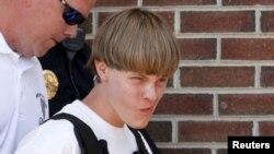 Полиция доставляет Дилана Руфа (ему 21 год) в суд в Шелби в штате Северная Каролина