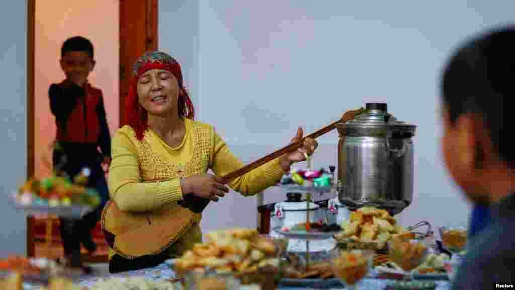Аккенже Абдиева играет на домбе. Село Боген.