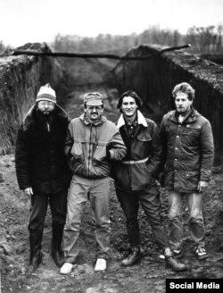Розкопки кургану в Біловодську, 1991 рік. Другий та третій зліва – Володимир Виборний та Сергій Теліженко. Фото з Facebook