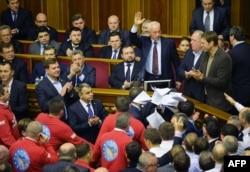 """Депутаты от оппозиции скандируют """"Позор"""" после голосования по законопроекту, по которому Юлия Тимошенко подлежит освобождению. Киев, 22 ноября 2013 года."""