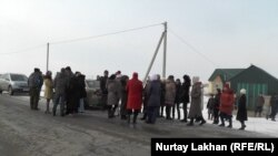 Жители села Жалгамыс вышли с протестом из-за высоких, по их мнению, тарифов на электроэнергию. Алматинская область, 20 января 2015 года.