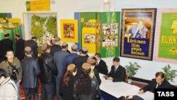 یک مرکز رای گیری در عشق آباد، پایتخت ترکمنستان