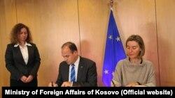 Ministar spoljnih poslaova Kosova Enver Hodžaj prilikom jednog od ranijih susreta sa Federikom Moherini u Briselu