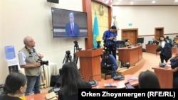 Журналисты в пресс-центре парламента следят за трансляцией на экране послания президента Касым-Жомарта Токаева. 2 сентября 2019 года.
