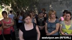 Հայաստանյան ձեռնարկություններից մեկի աշխատակիցների բողոքի ցույցը՝ իրենց մի քանի ամսվա աշխատավարձը վճարելու պահանջով, արխիվ
