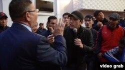 Участники встречи с властями «по земельному вопросу» задают вопросу представителю акимата. Кызылорда, 1 мая 2016 года.