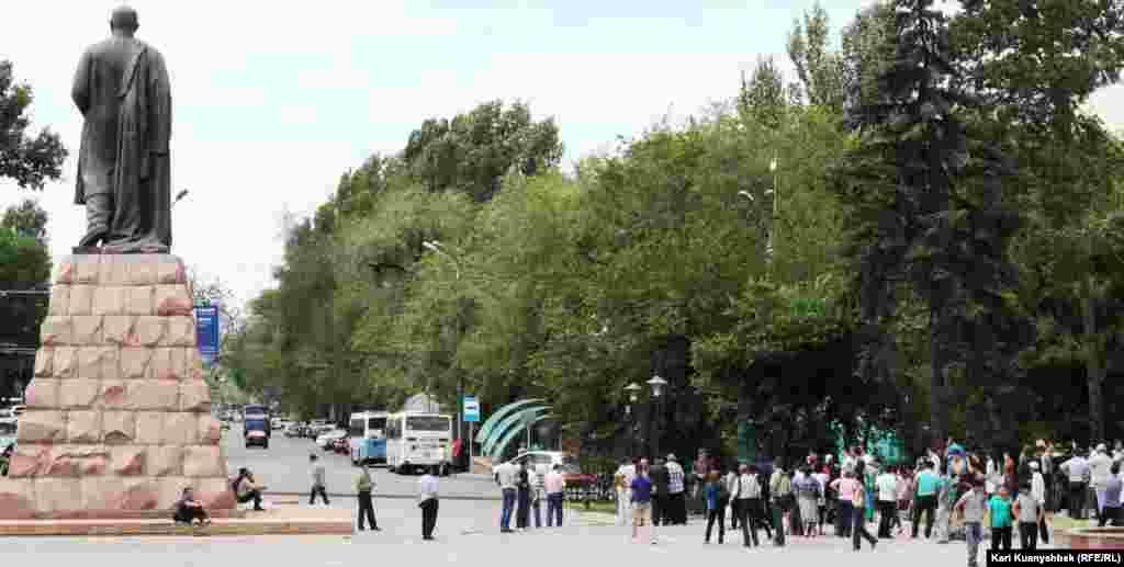 Люди расходятся после одного из собраний несогласных, проведенных в память о жертвах Жанаозена. Алматы, 2 июня 2012 года.