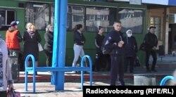 Люди на зупинці в окупованому Донецьку під час коронавірусної пандемії