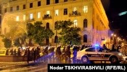 Примерно за 20 минут до полуночи неподалеку от места акции появились отряды спецназначения