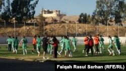 لاعبو المنتخب العراقي بكرة القدم في حصة تدريبية بعمّان