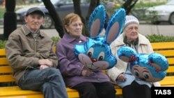 Пожилые люди в Нескучном саду в Москве