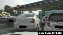 Тошкентдаги АЁҚШ олдида бензин учун навбат.