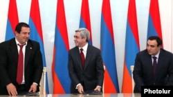 Նախագահ Սերժ Սարգսյանը, ԲՀԿ առաջնորդ Գագիկ Ծառուկյանը եւ ՕԵԿ նախագահ Արթուր Բաղդասարյանը ստորագրում են կոալիցիոն համաձայնագիրը, 17 փետրվար, 2011